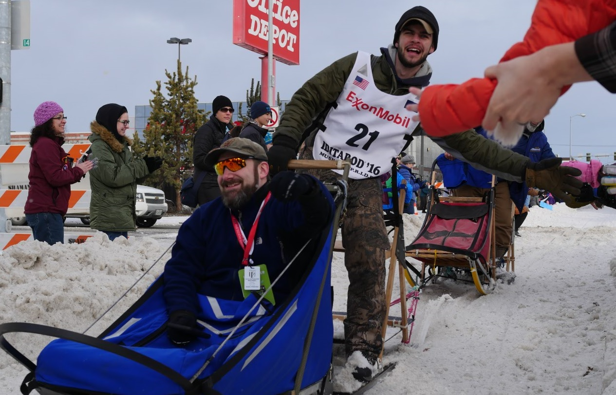 iditarod musher high fives fan